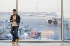 商人谈话在电话在机场终端 库存照片