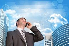 商人谈话在电话 摩天大楼和 免版税库存图片