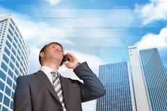商人谈话在电话 摩天大楼和 免版税图库摄影