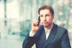 商人谈话在电话 免版税库存照片