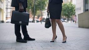 商人谈话在街道上,谈论的企业家合同,伙伴 股票录像