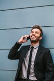 年轻商人谈话由电话 库存图片