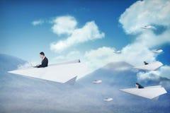 商人赛跑与去为更好的事业的纸飞机 免版税库存图片