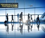 商人走的机场商务旅行旅行目的地 免版税库存图片