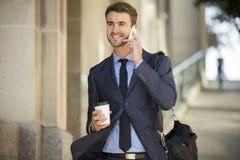 商人走的谈话在手机 免版税库存图片