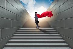商人超级英雄成功在事业梯子概念 免版税库存照片