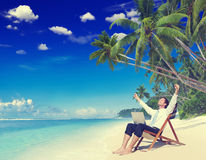 商人运作户外海滩概念的放松假期 免版税库存图片
