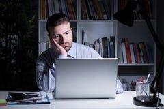 商人运作的和观看的膝上型计算机显示 免版税库存照片