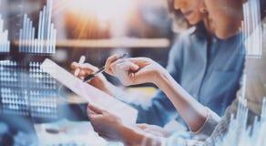 商人运作的过程 在现代办公室的年轻工友 妇女谈话与同事 概念 免版税库存图片