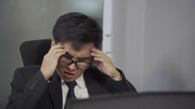 商人运作的问题的慢镜头使用膝上型计算机的 股票视频