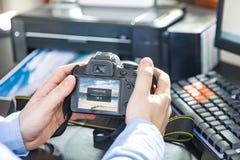 商人送一张照片到无线打印机 免版税库存照片