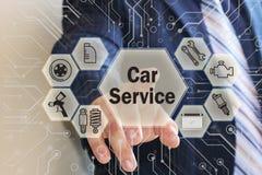 商人选择在触摸屏上的一项汽车服务有未来派背景 免版税库存照片