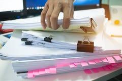 商人递工作在堆finan的文件 免版税库存图片
