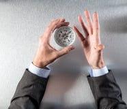 商人递拿着指南针,搜寻公司想法或接受简单指示 免版税图库摄影