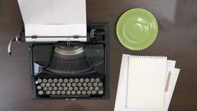 商人递键入在葡萄酒打字机,采取一杯咖啡 股票录像