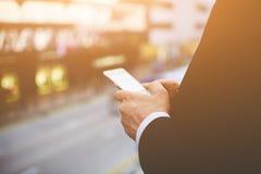 商人通过手机读新闻在互联网 免版税库存图片