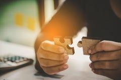 商人采取难题连接 关于修造的想法 免版税库存照片