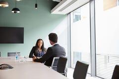 商人采访女性候选人毕业生补充评估天在办公室 免版税图库摄影