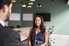 商人采访女性候选人毕业生补充评估天在办公室 免版税库存图片