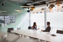 商人采访女性候选人毕业生补充评估天在办公室 免版税库存照片