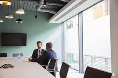 商人采访的男性候选人毕业生补充评估天在办公室 免版税库存图片