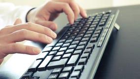 商人键入在个人计算机键盘的,技术企业概念 影视素材