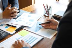 商人队谈论在见面到做交谈的事务计划的投资方案工作和战略与 免版税库存图片