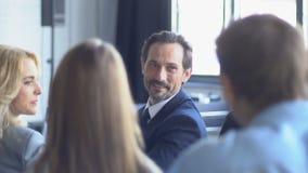 商人队谈话在介绍时谈论报告或不同的Busiensspeople新的战略会议  股票视频