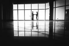 商人震动移交办公室背景 免版税库存照片