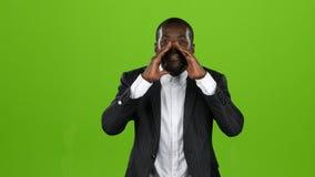 商人非裔美国人响亮地叫人对他 绿色屏幕 股票视频