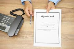 商人顶视图提供一支笔签署协议 免版税库存图片