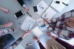 商人顶视图编组在会议的激发灵感 库存图片