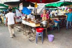 商人食物为销售做准备 免版税图库摄影