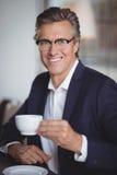 商人食用咖啡在餐馆 库存图片