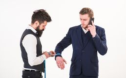 商人,繁忙的面孔的客户在电话,智能手机里说 库存图片