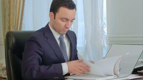 商人读书文件和谈话在输送路线电话 影视素材