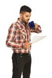 商人读书纸和饮料 免版税库存照片