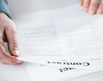 商人读书通过一个法律合同 免版税库存图片
