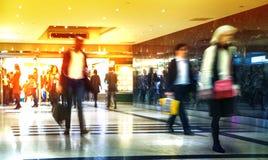 商人移动的迷离 时数人冲走 企业和现代生活概念 免版税库存图片
