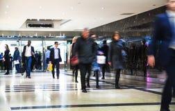 商人移动的迷离 时数人冲走 企业和现代生活概念 图库摄影