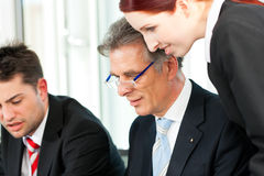 商人-在办公室合作会议 库存图片