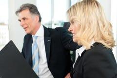 商人-在办公室合作会议 免版税图库摄影