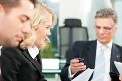 商人-在办公室合作会议 库存照片