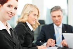 商人-在办公室合作会议 免版税库存照片