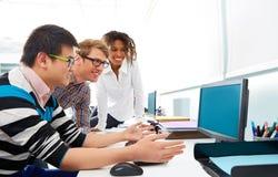 商人年轻多种族计算机书桌 库存图片
