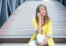 商人-巧妙的电话的妇女 女商人办公室工作者谈话在智能手机微笑愉快 免版税图库摄影