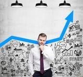 商人寻找新的企业想法 蓝色生长箭头作为成功的事务的概念 库存图片
