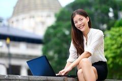 商人-膝上型计算机妇女在香港 库存照片