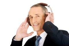 商人画象与大耳机的 免版税库存照片
