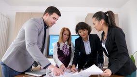 商人brainstormin队在会议室 股票视频